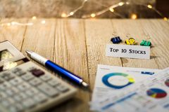 Auf Lager Top 10 Anlageergebniskonzept mit Diagrammen und Diagrammen auf hölzernem Brett Stockfotos