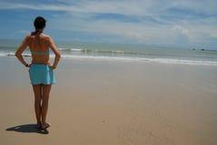 Auf lagerfoto der schönen hohen Brunettefrau auf dem Strand in Lizenzfreie Stockfotos