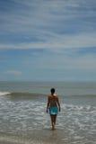 Auf lagerfoto der schönen hohen Brunettefrau auf dem Strand in Lizenzfreies Stockbild