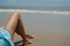 Auf lagerfoto der schönen hohen Brunettefrau auf dem Strand in Stockbild