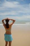 Auf lagerfoto der schönen hohen Brunettefrau auf dem Strand in Stockbilder