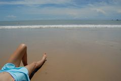 Auf lagerfoto der schönen hohen Brunettefrau auf dem Strand in Stockfotos