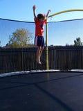 Auf lagerfoto des Jungen springend an der Trampoline Lizenzfreie Stockfotografie