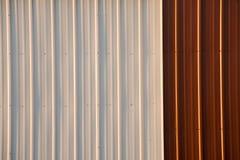 Auf lagerfoto eines gewölbten Metallroten und weißen Hintergrundes Lizenzfreie Stockfotos