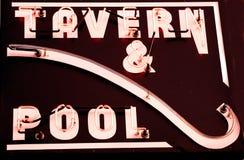 Auf lagerfoto eines Zeichens für Taverne und Pool Lizenzfreie Stockfotos