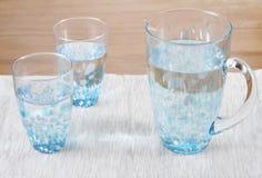 Auf lagerfoto von zwei Gläsern und von Krug Wasser stockfoto