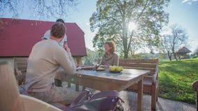 Auf Landschaft Retortion holt der Kellner das Getränk auf dem Tisch stock footage