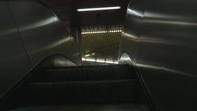 Auf Metro-U-Bahnrolltreppe in Richtung zu den Ausgangstüren steigen stock video footage