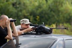 Auf null einstellen eines Gewehrs stockfotos