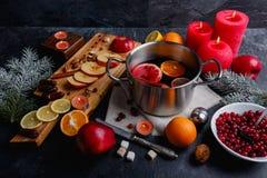 Auf Oberfläche eine Wanne mit verrührt, ein Brett mit geschnittenen Äpfeln und Zitrone, Moosbeeren Ansicht von oben stockfotos