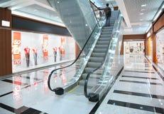 Auf Rolltreppe im System stockfoto