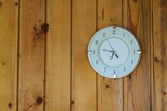 Auf rustikaler klassischer Retro- runder Uhr des hölzernen Hintergrundes Lizenzfreie Stockfotografie