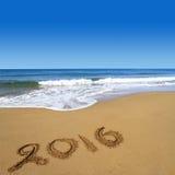 2016 auf sandigem Strand Stockbild