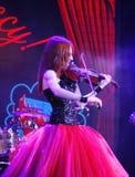 Auf schönem, schwachem und schlankem Mädchen des Stadiums - mit dem brennenden roten Haar - ein weithin bekannter Musiker, Virtuo Stockbilder