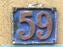 59 auf Schmutzhausplatte Stockfotos