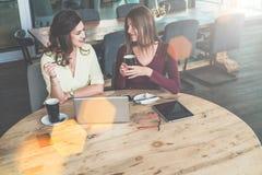 Auf Schreibtisch ist Laptop und digitale Tablette Mädchen, die, kaufend blogging sind und online lernen Brainstorming, Teamwork Stockfotografie