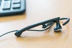 Auf Schreibtisch verdrahteten die Lügen Kopfhörer und im Hintergrund liegt der Taschenrechner Stockfotos