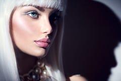 auf schwarzem Hintergrund Schönheitsfrau mit Make-up des weißen Haares und des Winters Stockbild