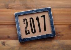 2017 auf schwarzem Holzrahmenhintergrund der Weinlese Stockfotos