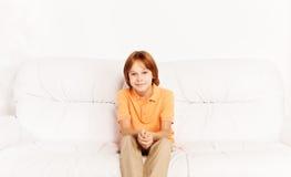 Auf Sofa zu Hause sitzen Stockfoto