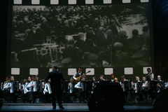 Auf Stadium, den Musikern und den Solisten des Orchesters der Akkordeonspieler (harmonisches Orchester) unter dem Taktstock des L Lizenzfreies Stockbild