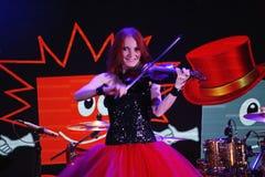 Auf Stadium der ausdrucksvolle rothaarige Violinist Maria Bessonova Lizenzfreie Stockfotos