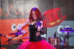 Auf Stadium der ausdrucksvolle rothaarige Violinist Maria Bessonova Lizenzfreie Stockfotografie