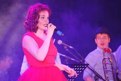 Auf Stadium, der Musikerknallfelsengruppe grünen Minze und Sänger Anna Malysheva Roter vorangegangener Jazz Rock Girl-Gesang Lizenzfreie Stockfotografie