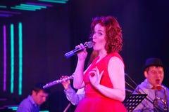 Auf Stadium, der Musikerknallfelsengruppe grünen Minze und Sänger Anna Malysheva Roter vorangegangener Jazz Rock Girl-Gesang Stockbild