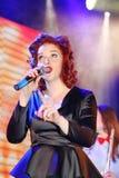 Auf Stadium, der Musikerknallfelsengruppe grünen Minze und Sänger Anna Malysheva Roter vorangegangener Jazz Rock Girl-Gesang Lizenzfreie Stockfotos