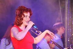 Auf Stadium, der Musikerknallfelsengruppe grünen Minze und Sänger Anna Malysheva Roter vorangegangener Jazz Rock Girl-Gesang Stockfoto