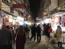 Auf-Straße klemmt an Fa Yuen Street in Mongkok, Hong Kong fest Lizenzfreie Stockfotos