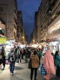 Auf-Straße klemmt an Fa Yuen Street in Mongkok, Hong Kong fest Stockbild