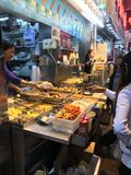 Auf-Straße Lebensmittel-Stall in Mongkok, Hong Kong Lizenzfreie Stockbilder