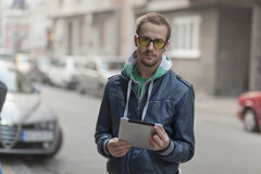 Auf Straße: Mann-Gebrauch Ipad Tablette-Computer Lizenzfreies Stockfoto