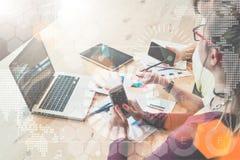 Auf Tabelle ist digitale Tablette und Papierdokumente In den virtuellen Diagrammen des Vordergrunds Diagramme, Diagramme Blogging Stockfoto