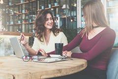 Auf Tabelle ist Laptop, Tasse Kaffee, Tablet-Computer und Gläser Mädchen, die online, lernend arbeiten und kaufen, blogging Lizenzfreie Stockfotografie