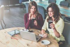 Auf Tabelle ist Tablet-Computer, Smartphones und Gläser Mädchen, die online, arbeitend kaufen und lernen, blogging Stockbilder