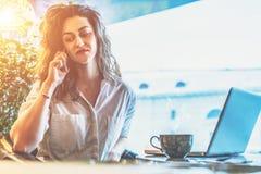 Auf Tabelle ist Tasse Kaffee und Laptop Mädchen, das online, blogging, plaudernd kauft Freiberuflerfunktion Lizenzfreie Stockfotos