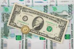 Auf tausendstem von russischen Rubeln ist Bezeichnungen $ 10 und die Münze mit Stockfoto