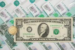 Auf tausendstem von russischen Rubeln ist Bezeichnungen $ 10 und die Münze mit der Aufschrift Stockfotos