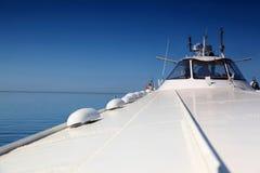 Auf Tragflügelbooten schwimmt Meteor am Tag an der Küste Stockfoto