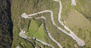 Auf und ab Brummenvogelperspektive der Gebirgsstraße in Italien, das das Dorf von Nebro an Selvino anschließt stock video