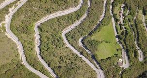 Auf und ab Brummenvogelperspektive der Gebirgsstraße in Italien, das das Dorf von Nebro an Selvino anschließt stock footage