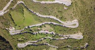 Auf und ab Brummenvogelperspektive der Gebirgsstraße in Italien vom Dorf von Nembro zu Selvino stock video