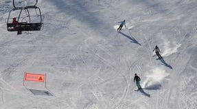 Auf und ab auf dem Ski Piste stockfotos
