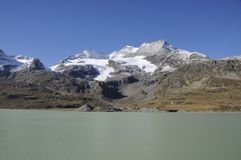 Auf van Lagobianco DEM Bernina Hospitz Meer Bianco in de Zwitserse Alpen in Bernina Hospitz royalty-vrije stock foto
