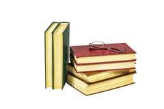 Auf Weiß ist die Oberfläche ein Stapel von Büchern mit festem Einband und Ablesen g Stockfoto
