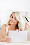 auf weißem background Schönes blondes Mädchen mit einer Kreditkarte Lizenzfreies Stockbild