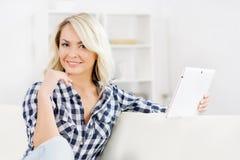 auf weißem background Schönes blondes Mädchen mit einer Kreditkarte Lizenzfreie Stockbilder